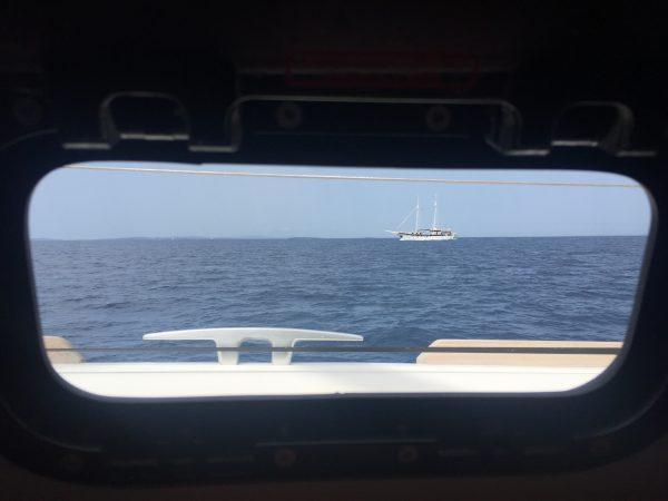 Photo prise depuis le hublot d'un bateau dans le nord de la Croatie, non loin de l'île de Mali Losinj