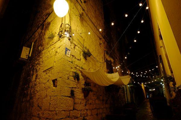 Les ruelles de Sibenik pendant la nuit