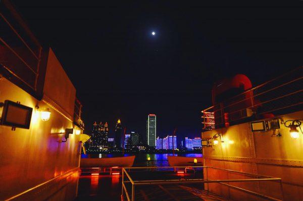Wuhan la nuit en croisière