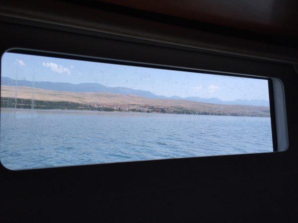 Vue depuis le hublot d'un bateau