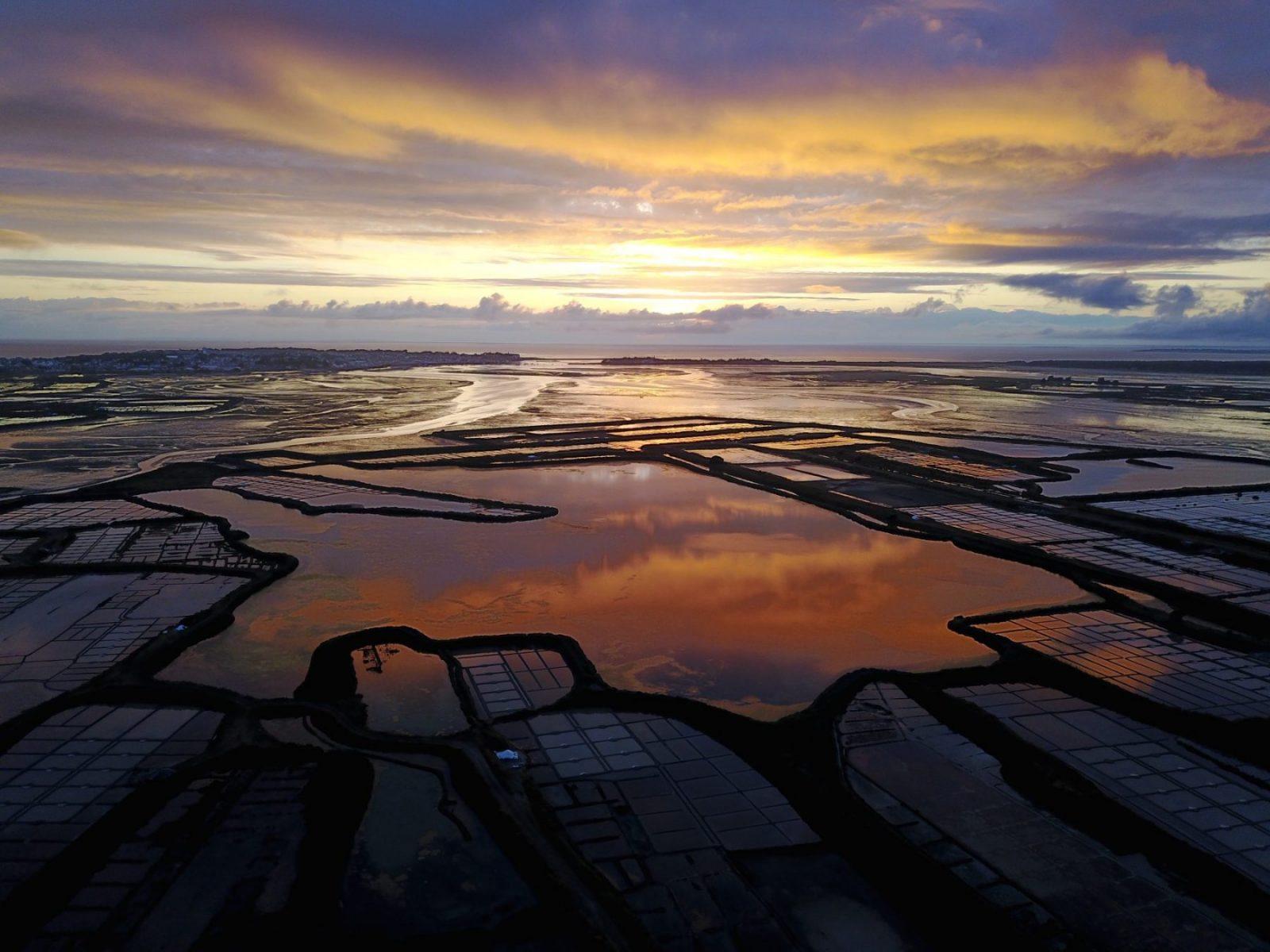 Un splendide coucher de soleil sur les marais salants de Guérande