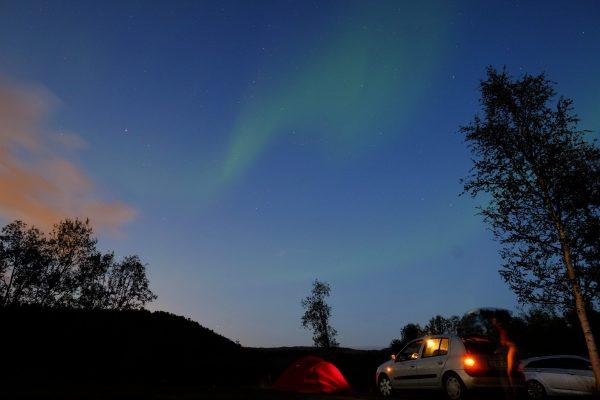 Ma première aurore boréale passe au dessus de ma tente et de ma voiture