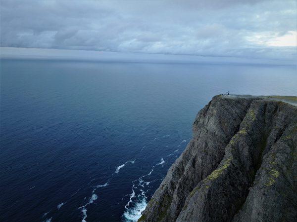 Le globe terrestre et la falaise du Cap Nord