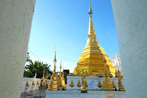 Le temple de Luang juste à côté de la maison rose à Phrae