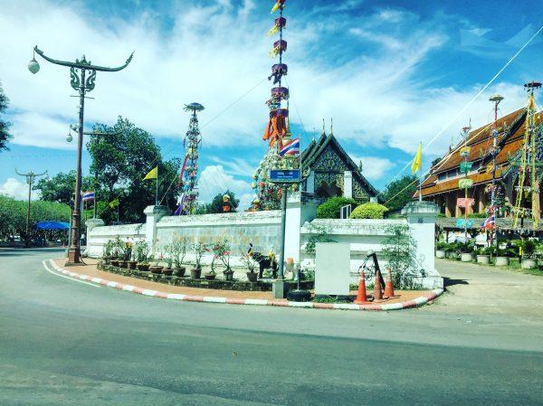 Bleu pastel et temple bouddhiste dans le nord de la Thaïlande