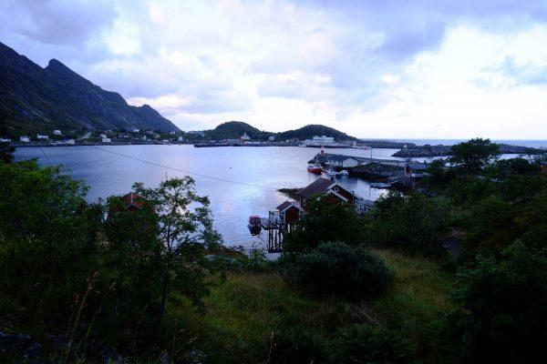 La lumière blanche des lofoten et le village de pêcheurs de Reine