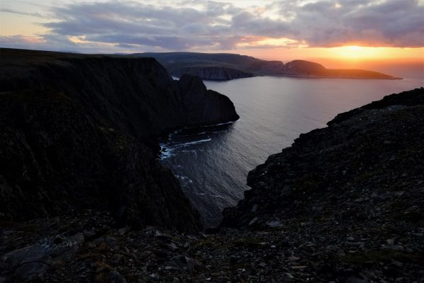 Les falaises noires du Cap Nord en Norvège
