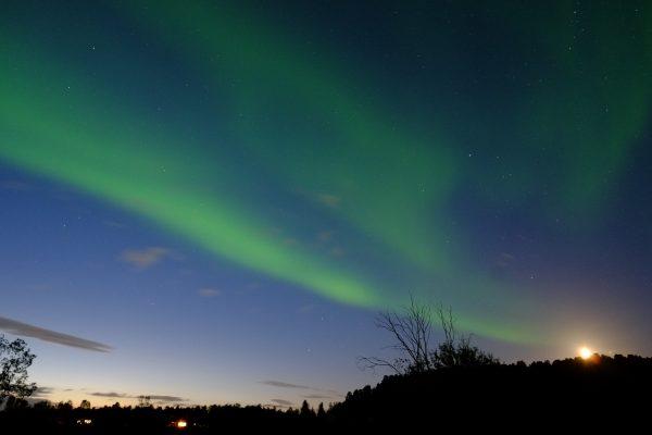 La lune, la nuit et une aurore boréale dans le nord de la Norvège