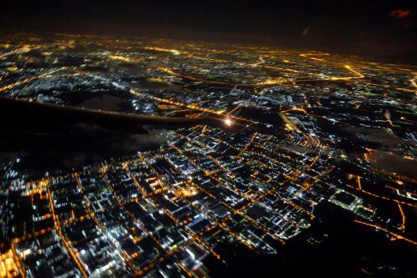 Vue depuis le hublot sur Bangkok la nuit