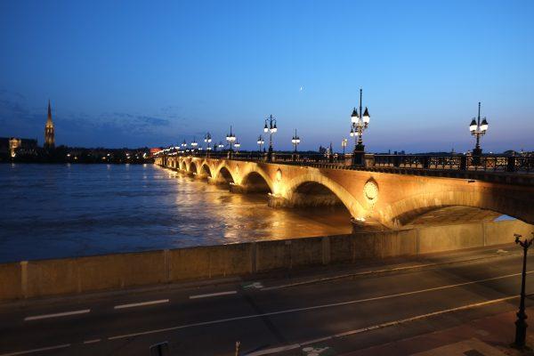 Bordeaux au crépuscule, le pont de pierre et la Garonne