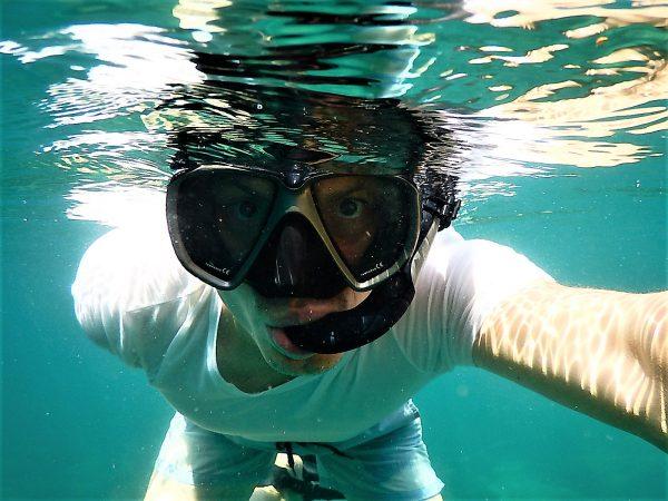 Plongée avec un masque et un tuba au Cambodge