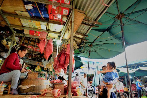 Une scène de vie sur le marché de Phnom Penh