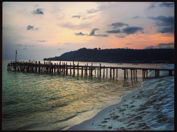 l'île de Koh Rong lors d'un coucher de soleil