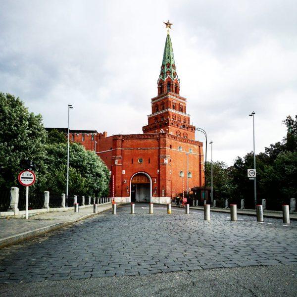 Les murs de briques rouges du Kremlin