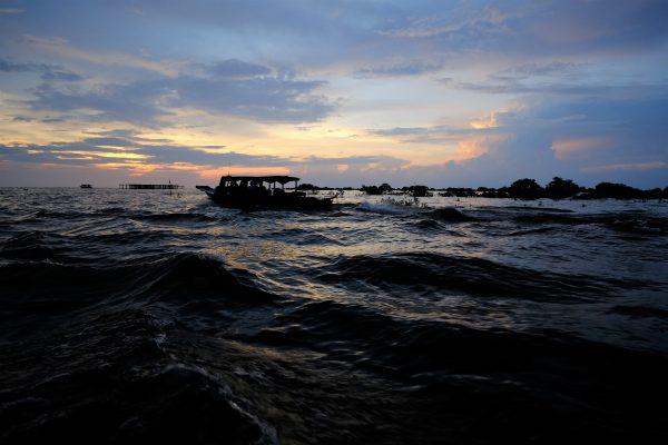 Les remous du lac de Tonle Sap au Cambodge