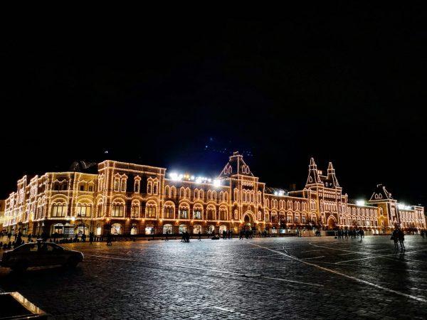 La galerie marchande GUm illuminée la nuit