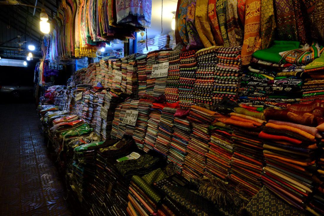Un mélange de couleur sur l'un des marchés de Siem Reap