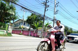 Un conducteur de scooter en Thaïlande à Chiang Mai