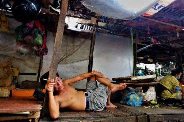 Marché central de Phnom Penh, un vendeur fait une pause