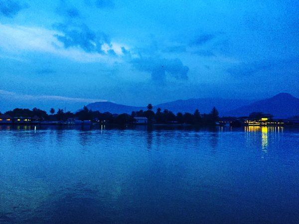 La vue paisible depuis la ville de Kampot