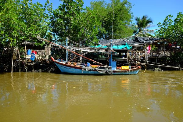 Le petit village de pêcheur entre la mer et la mangrove