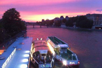 Un coucher de soleil irréel sur les bateaux-mouches et la Seine