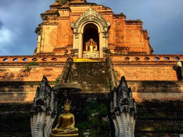 Le chedi monumental du temple Chedi Luang