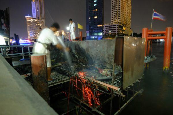 Des cendres jetées dans le Chao Phraya la nuit