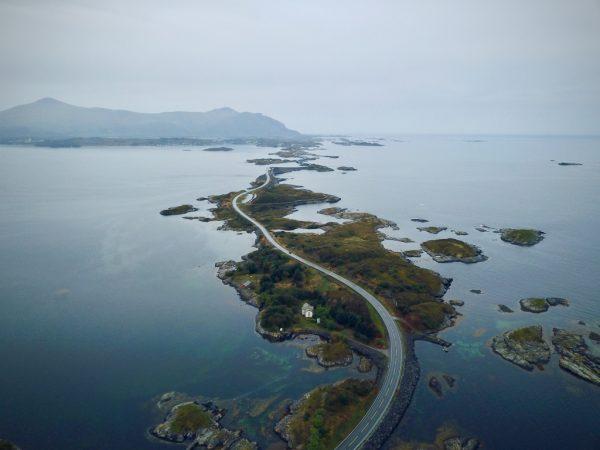 Une route magique qui serpente à travers les îles
