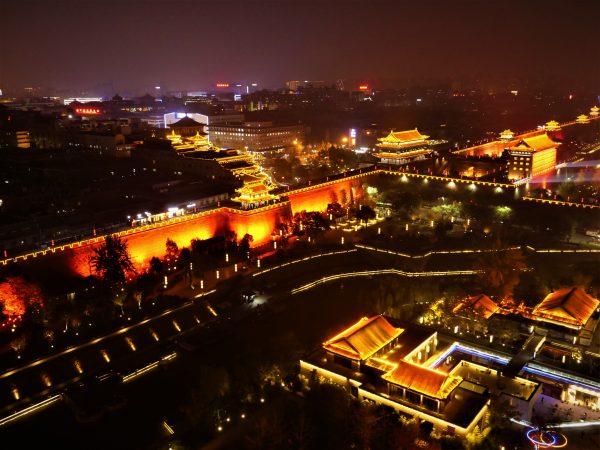 Panorama sur les remparts pendant la nuit