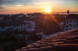 Toute la ville est recouverte de gèle et attend le soleil pour se réchauffer un peu