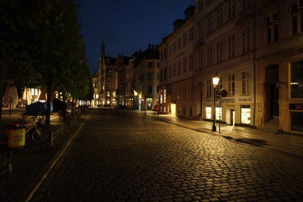 Le long d'un canal la nuit à Copenhague