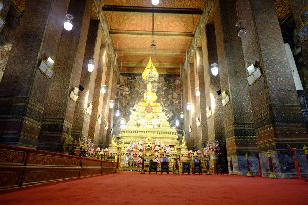 Tout au bout un petit Bouddha en or et en cristal se trouve sur l'autel de ce hall de prière