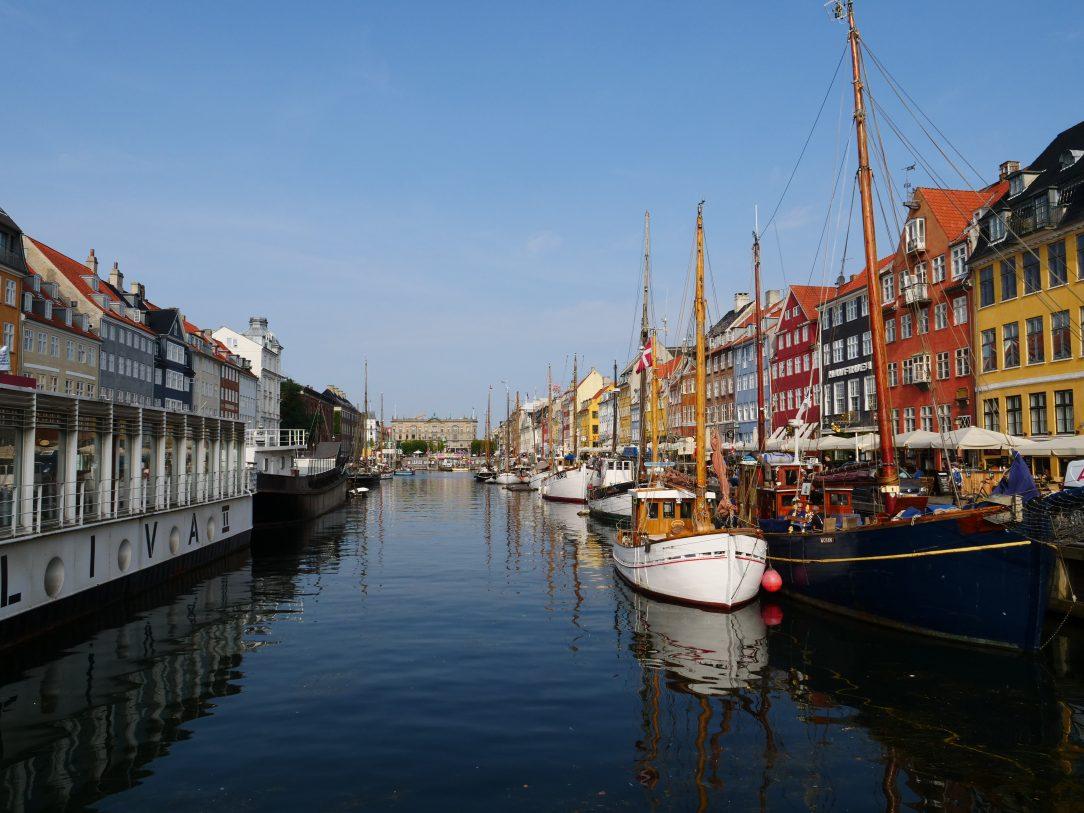 Les quais de Nyhavn sous le soleil danois