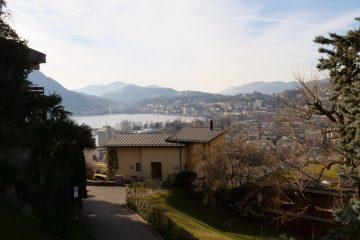 Depuis la ville la vue sur le lac et les montagnes est splendide
