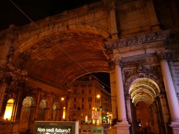 Gènes une ville splendide même pendant la nuit