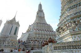 Le temple de l'Aube, d'une blancheur immaculée et ouvert sur le monde