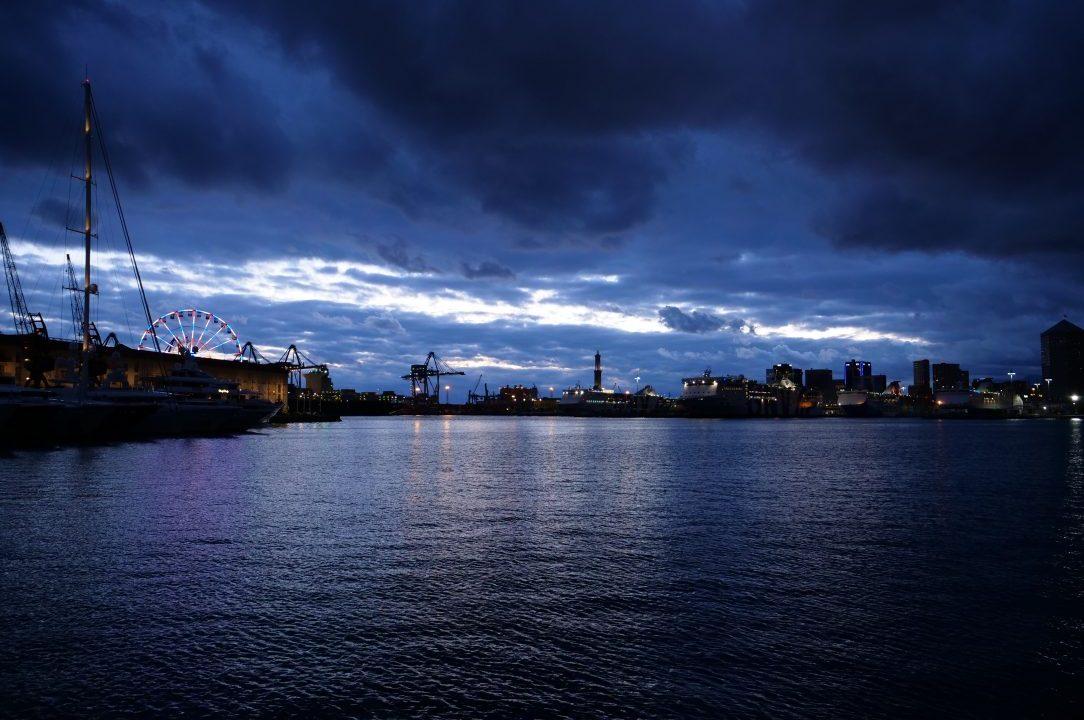 La nuit s'apprête à faire sur la ville de Gênes