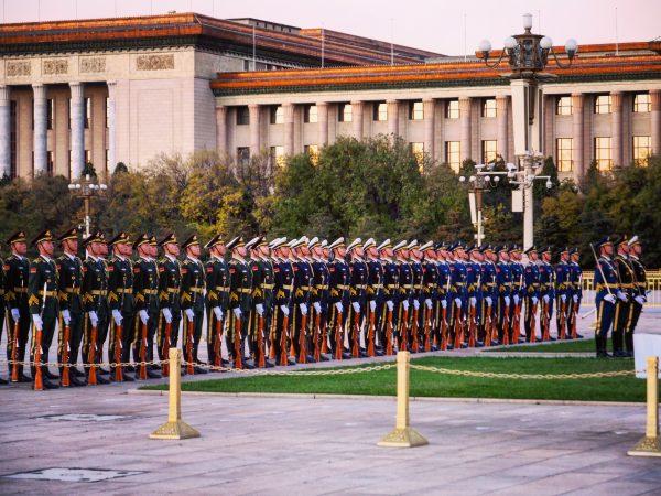 Des soldats de la garde chinoise sur la place Tiananmen à Pékin
