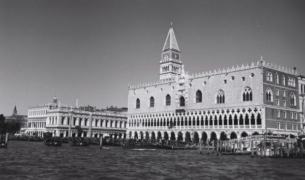 La place Saint Marc et son campanile qui dépasse et le palais des Doges sur la droite