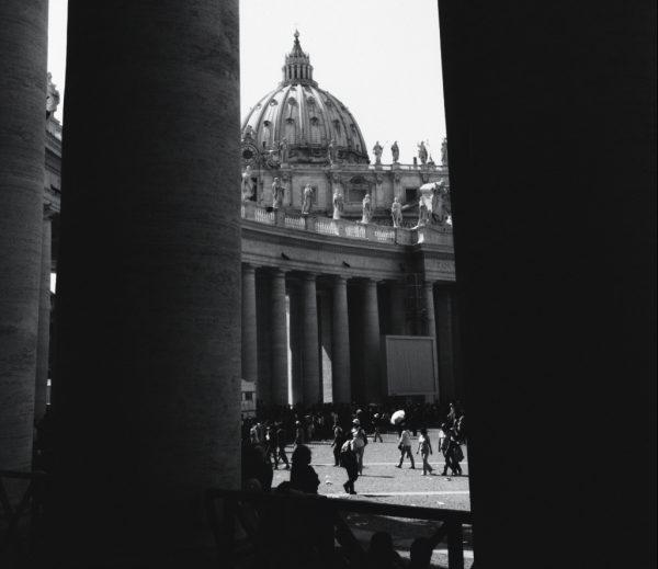 Les colonnes de la place Saint Pierre de Rome
