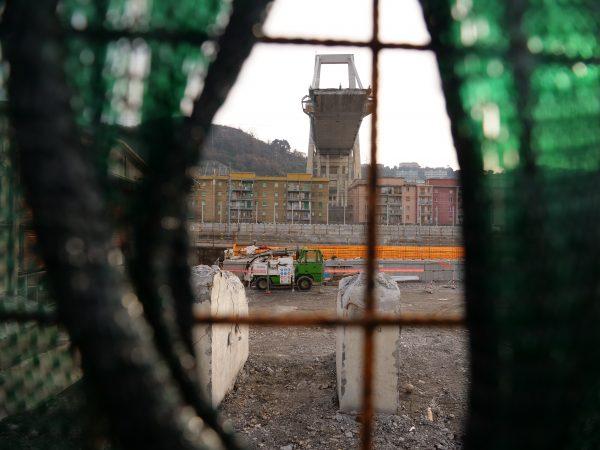 Les restes du pont de Gênes et le reste de la pile du pont