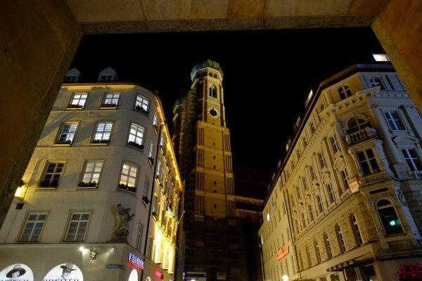 Le dôme d'une des deux tours de la cathédrale de Munich la nuit