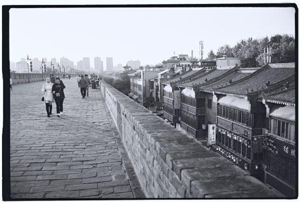 Photo en noir et blanc sur les remparts de Xian