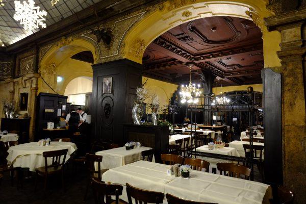 Prendre un verre dans une brasserie de Munich
