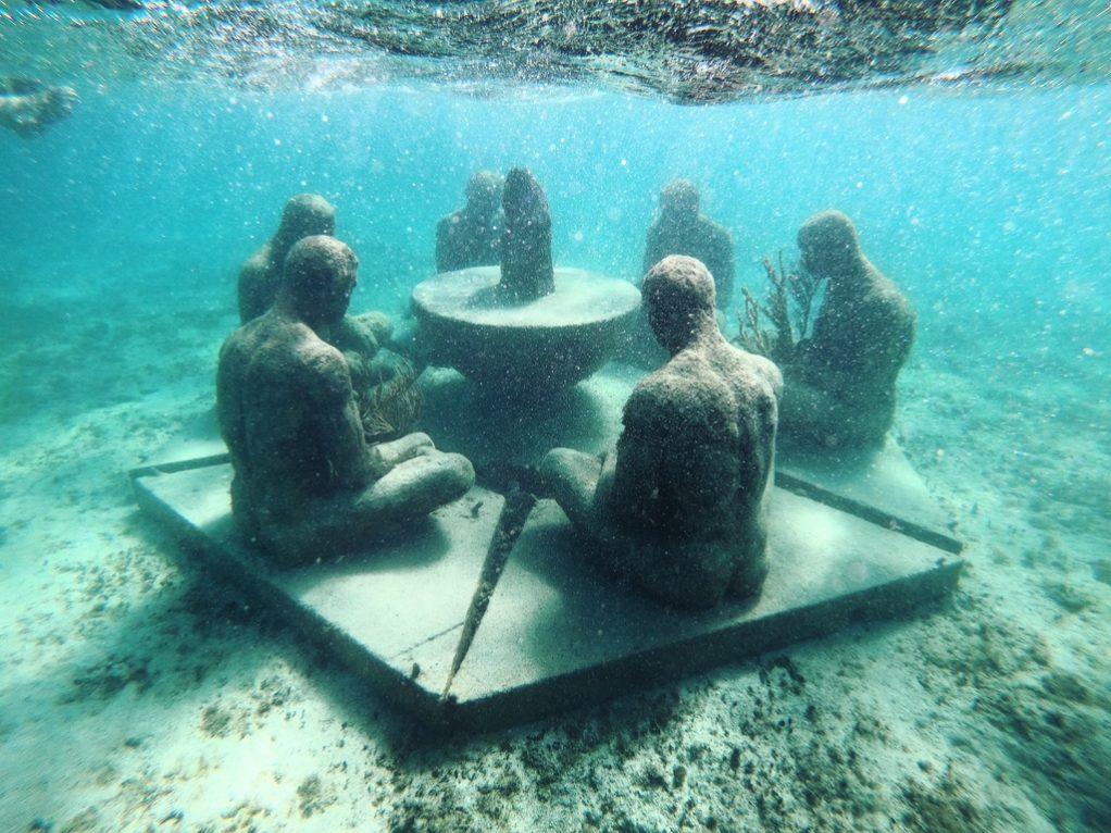 MUSA, quelques statues immergées en arc de cercle