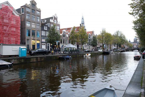 Les petits canaux typique du centre d'Amsterdam