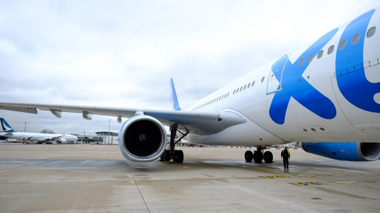 Au pied d'un avion de la compagnie XL Airways