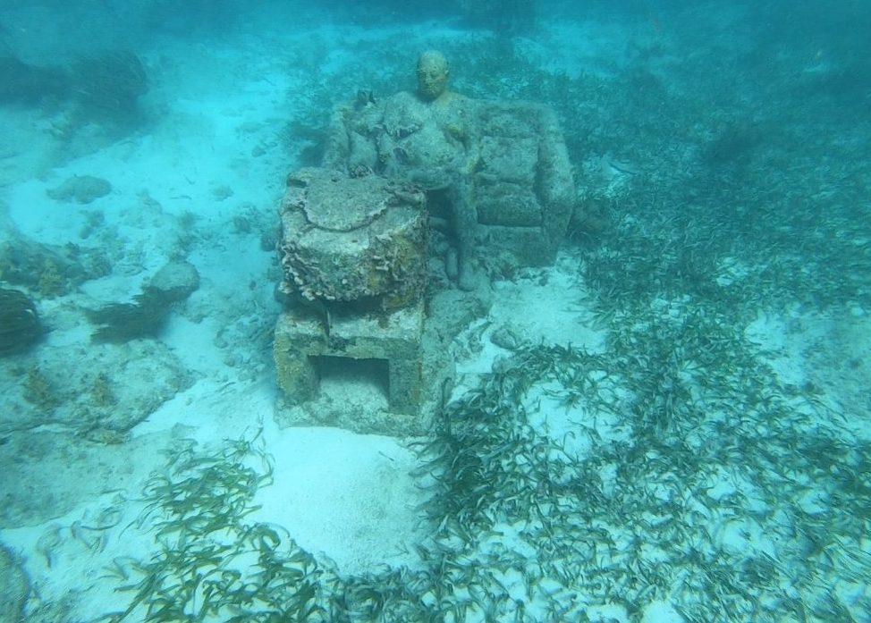 Le musée sous-marin de Cancun dans la mer des Caraïbes