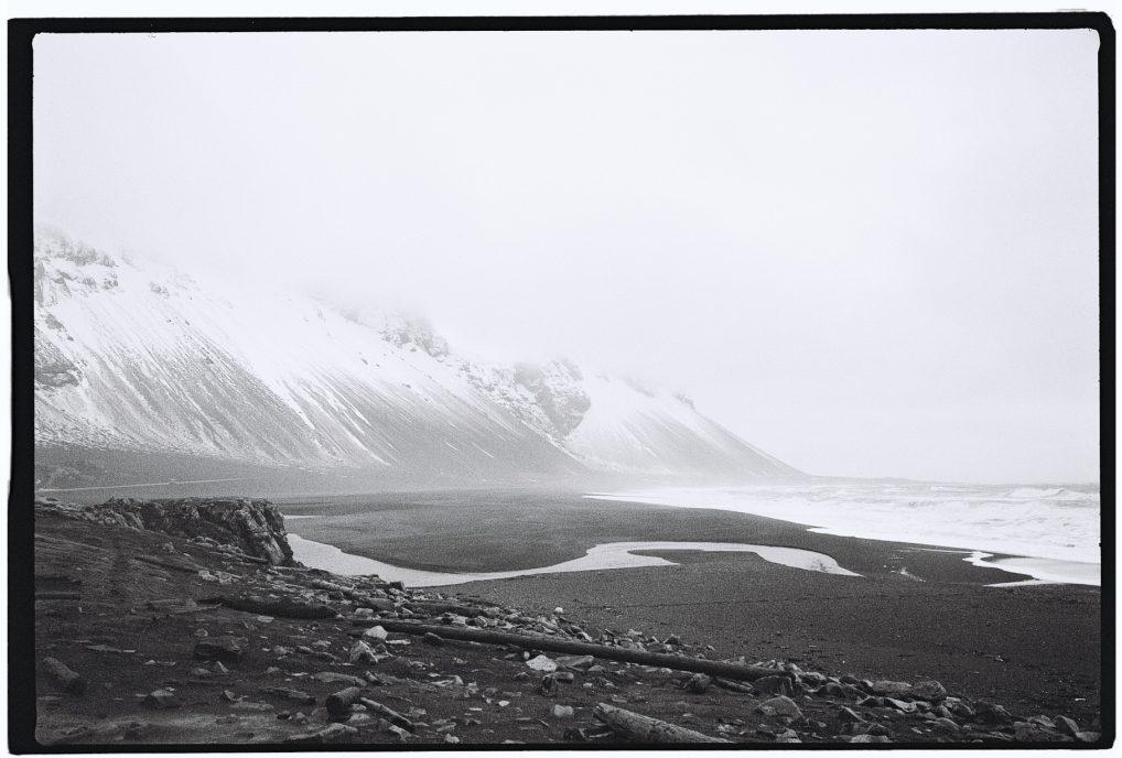 Une plage de sable noir dans le sud est de l'Islande